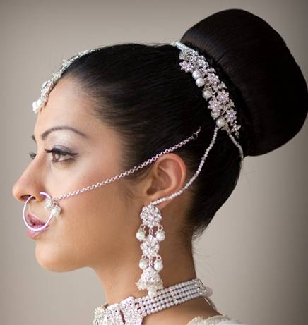 Asian Wedding Hairstyle on If The Groom Is Very Tall Compared To The Bride  A Hairstyle That Adds