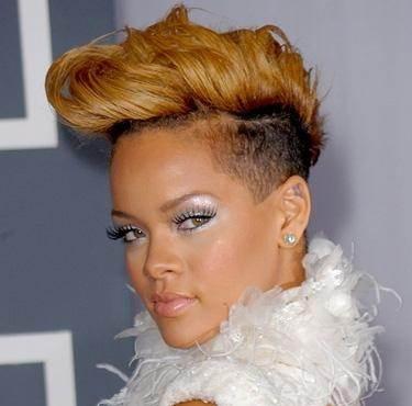 Rihanna blonde wavy hairstyle january 2010
