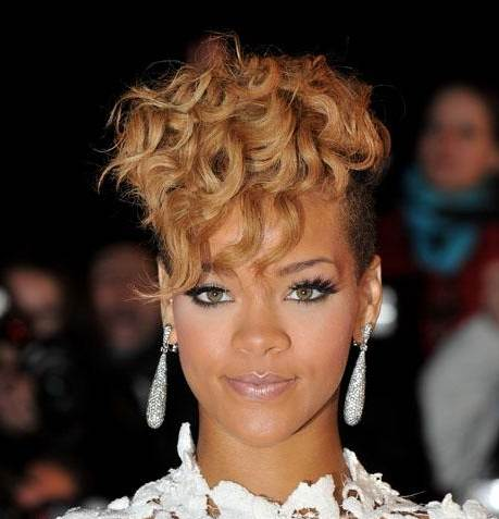 Blonde Celebrity on Rihanna Blonde Curl Hairstyle January 2010 Rihanna Hairstyle   Nrj