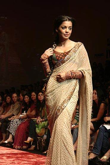 sophisticate sari for evening parties