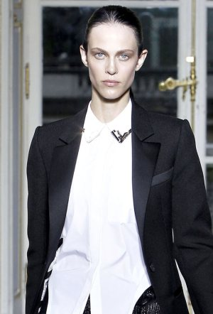 Androgynous look for Women-white shirt