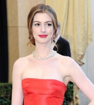 anne-hathaway-oscars-red-carpet-2011-red gown