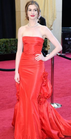 anne-hathaway-oscars-red-carpet-2011