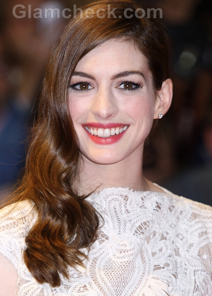 Anne-Hathaway-sports-Side-Swept-Curls