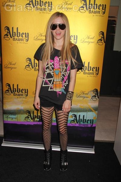 Avril-lavigne-black-shorts