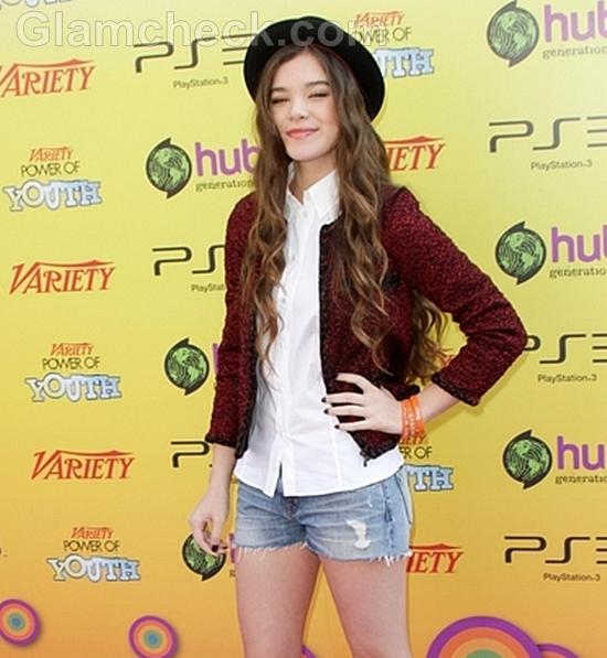 Hailee-Steinfeld-Cute-in-Denim-Shorts