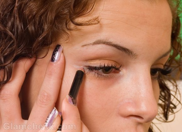 How to apply eyeliner on lower lid