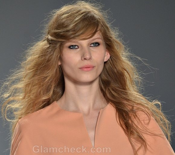 Hairstyle How To: Messy hair with pinned side-swept bangs