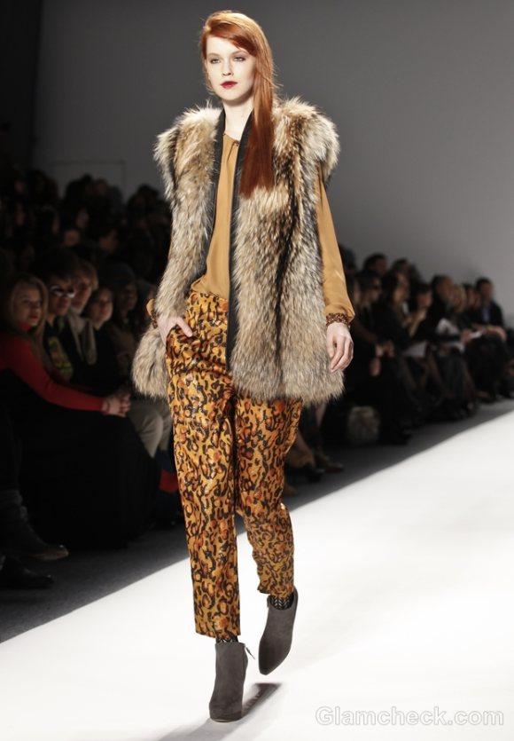 How-to-wear-animal-prints-leopard-print-pants