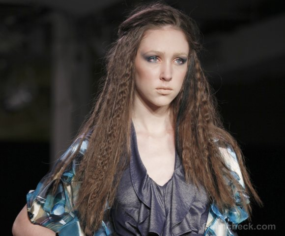 middle-parting with loosely crimped hairstyle how to Tam To-Nya s-s-2012