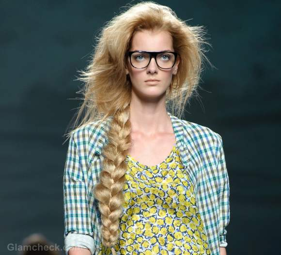 Hairstyle how to messy side braid by using an artificial plait