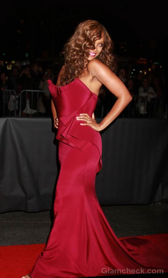 Tyra Banks hot in carmine gown