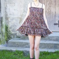 Style picture-wearing paisley print babydoll dress