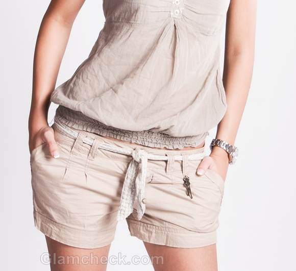 beige shorts look