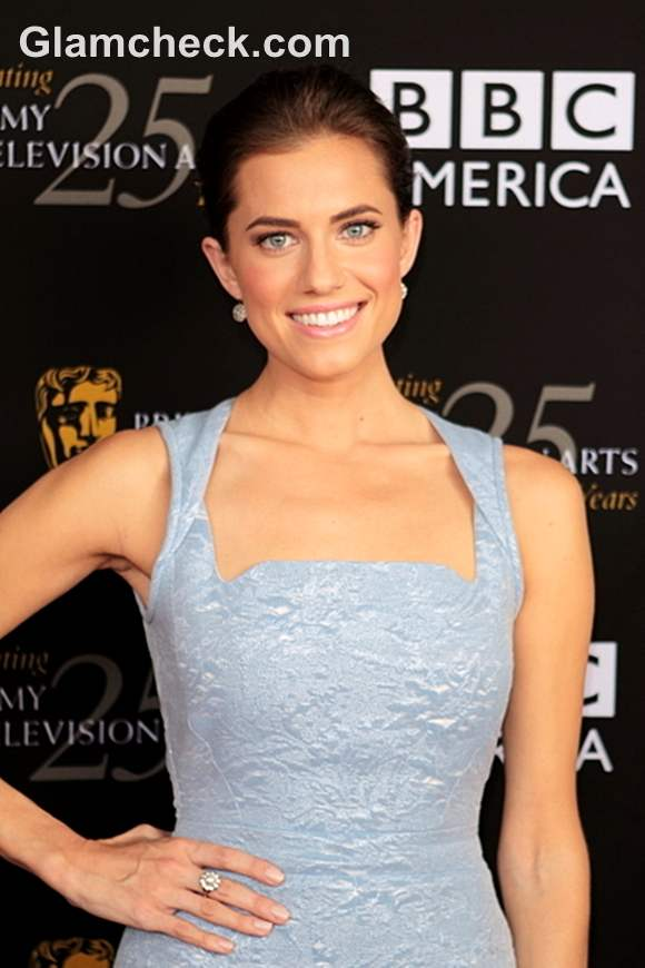 Allison Williams Turns Up The Heat In Lacy Blue Dress
