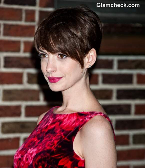 Anne Hathaway Now And Then: Anne Hathaway Darling In Pixie Haircut On David Letterman Show