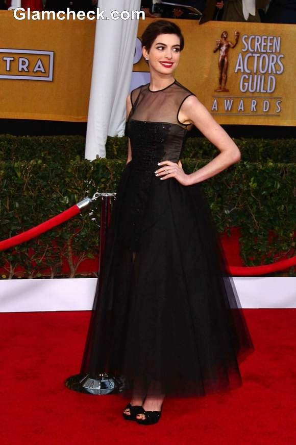 Anne Hathaway Sophisticated in Black Gown at 2013 SAG Awards