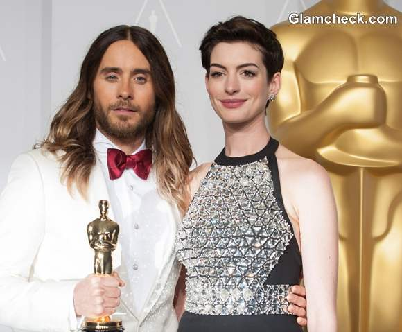 Jared Leto poses with his Oscar and Anne Hathaway