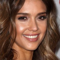 Jessica Alba 2014 Glowy Makeup and Soft Curls