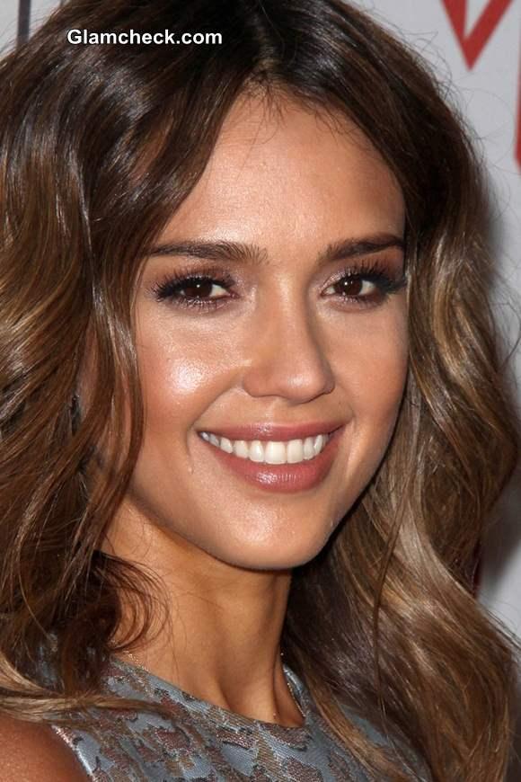 Jessica Alba 2014  Glowy Makeup and Soft Curls