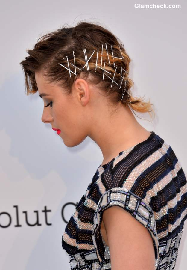 Kristen Stewart hairstyle Cannes 2018 Crossed Bobby pins