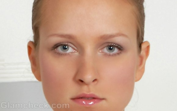 woman thin eyebrows